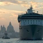 Un bateau de croisière sur le grand canal à Venise. www.dehesdin.eu