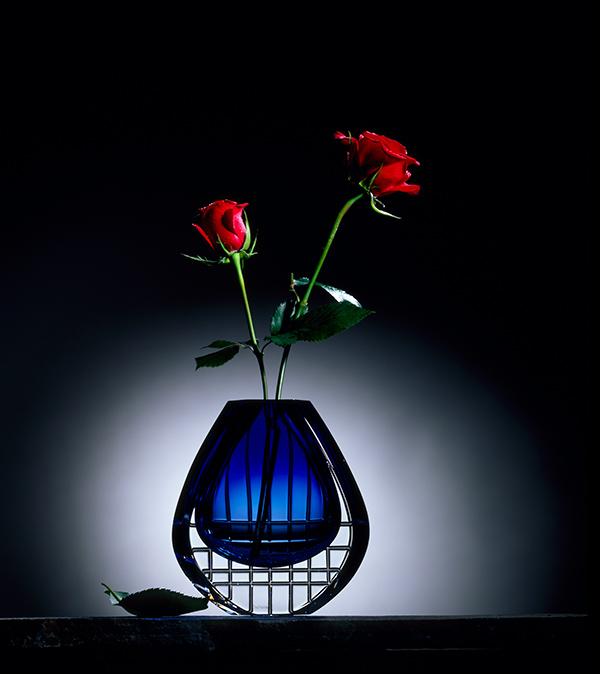 Une rose dans un vase en cristal.