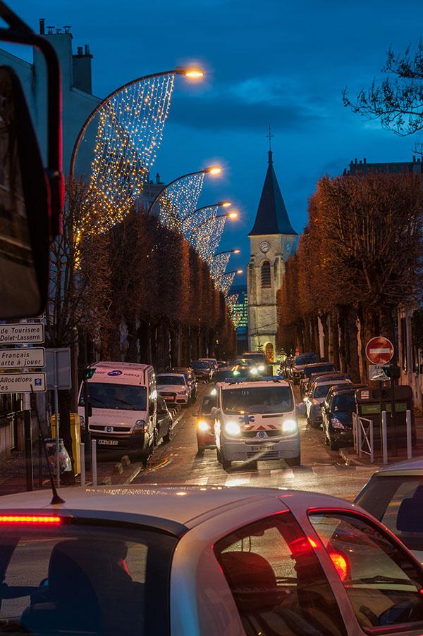 """Mots clefs: 2011 – Culte – Eglise Saint Etienne – Mobilier urbain – Nuit – Paysage urbain – Place du 11 novembre – Quartier """"Les Hauts d'Issy"""" – Rue de l'Abbé Grégoire"""