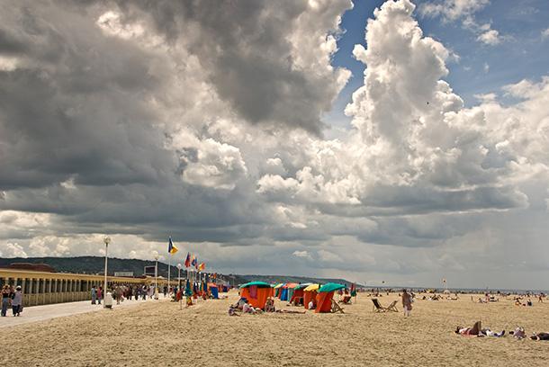 Des nuages sur la plage